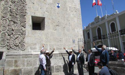 Escudo azul de UNESCO en el Templo de la Compañía de Arequipa
