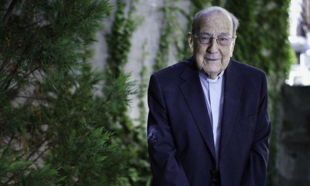 Misionero jesuita de 102 años recibe el Premio de Honor Gallegos del Año