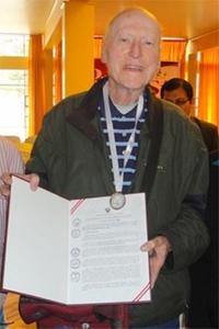 """Medalla """"Constructores de la Paz"""" para el P. Francisco Chamberlain SJ"""