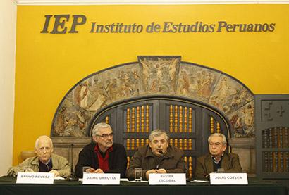 """Nueva Publicación: """"Miradas cruzadas: políticas públicas y desarrollo regional en el Perú"""", libro editado por el P. Bruno Revesz SJ"""