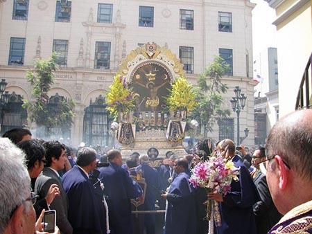 El Señor de los Milagros recibe homenaje en la Parroquia de San Pedro