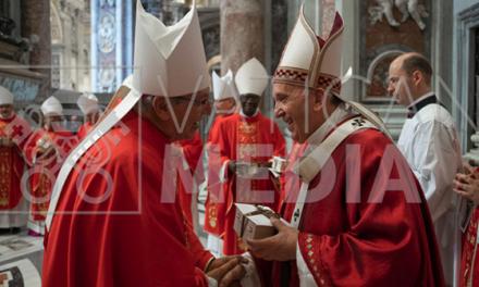 Papa Francisco entrega palio arzobispal a Mons. Carlos Castillo