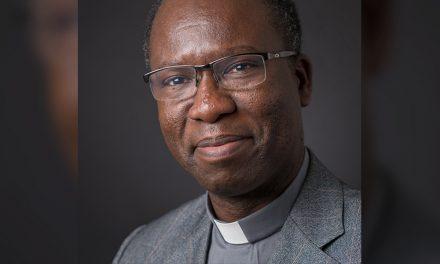 Sacerdote jesuita es el primer africano en ganar el premio Ratzinger